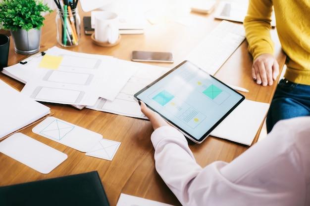 Ux ui designer-team-meeting zum entwickeln einer mobilen anwendung. Premium Fotos