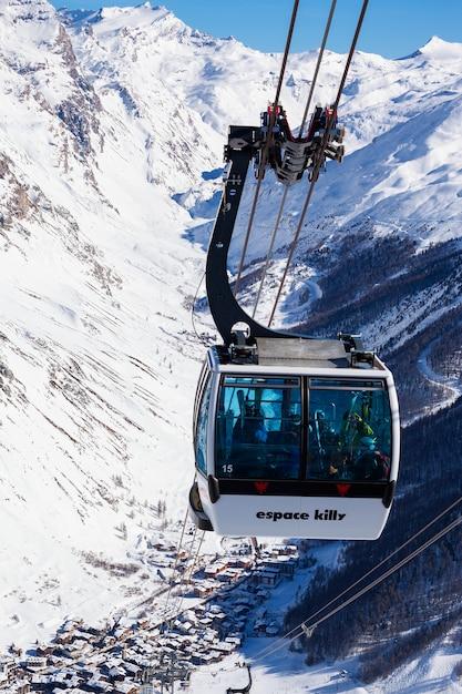Val d'isere, frankreich - 10. februar 2015: berühmte seilbahn in val d'isère resort, teil des espace killy skigebiets. Kostenlose Fotos