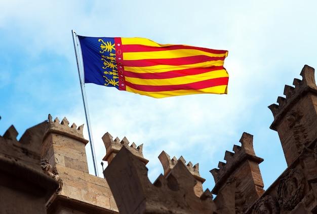 Valencia flagge an der spitze von lonja de la seda. valencia Kostenlose Fotos