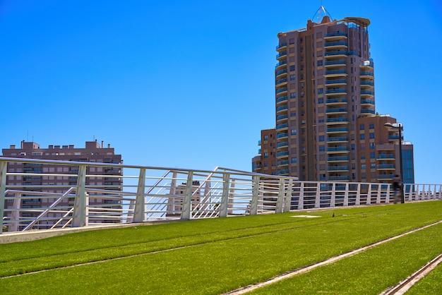 Valencia-zugeisenbahn und gras spanien Premium Fotos