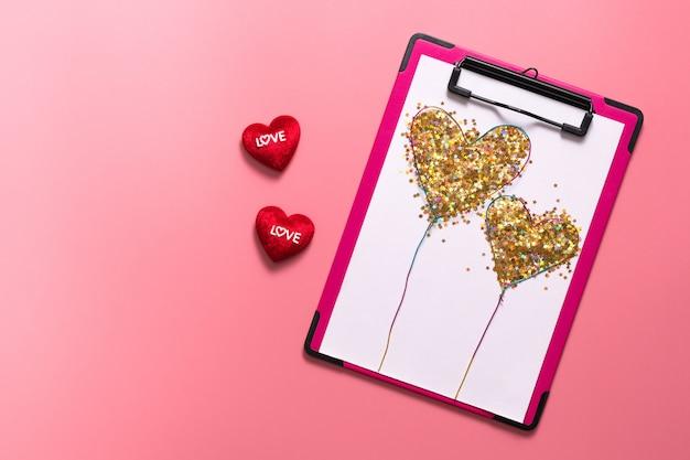 Valentine day-konzept, weiße anmerkung mit roten herzen auf rosa hintergrund Premium Fotos