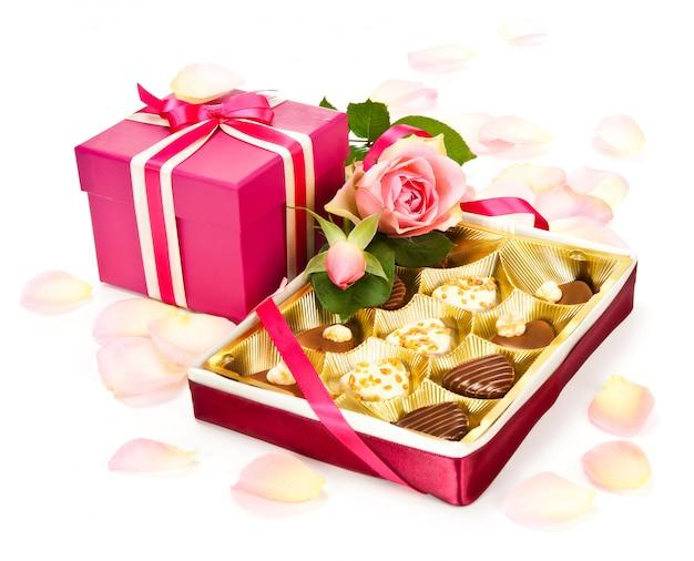 Valentine pralinen und eine geschenkbox Premium Fotos