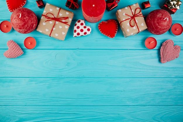 Valentinsgrußdekorationen und -geschenke auf hellblauer oberfläche Kostenlose Fotos