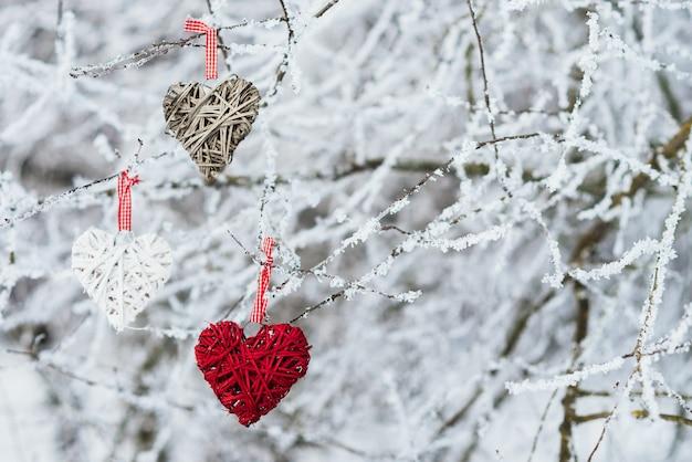 Valentinsgrußherzen auf winternaturhintergrund. valentinstag-konzept. Kostenlose Fotos