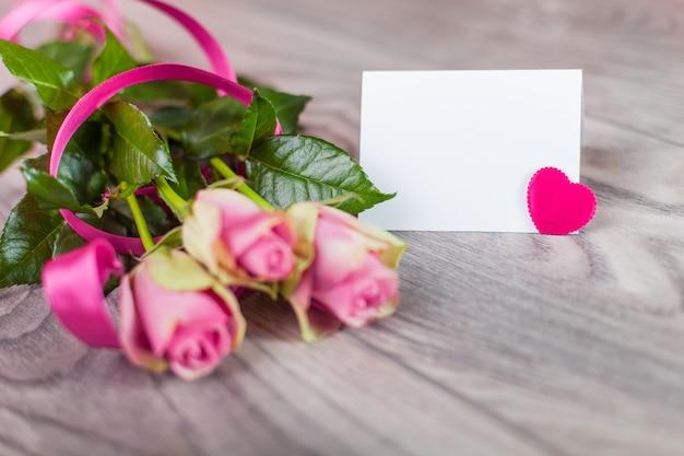 Valentinskarte mit rosen auf holz Kostenlose Fotos