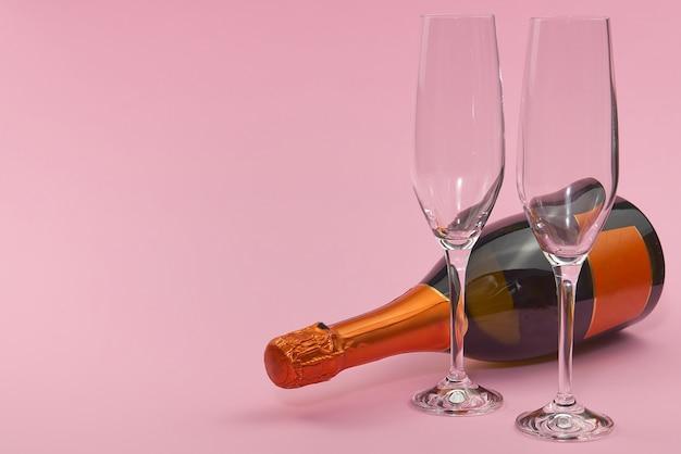 Valentinstag auf einem rosa hintergrund mit dekorationen. valentinstag, hochzeiten, verlobungen, muttertag, geburtstag, neujahr, weihnachten und andere feiertage. Premium Fotos
