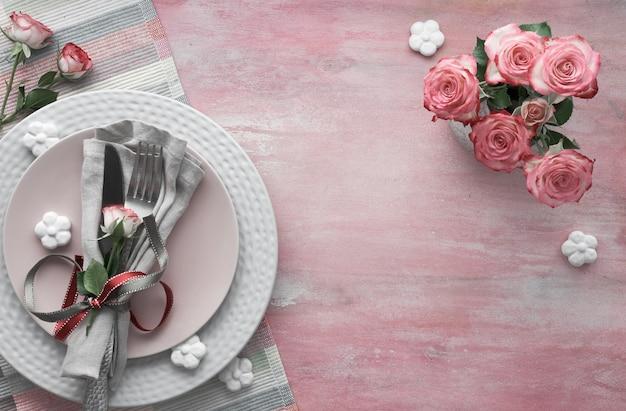 Valentinstag, geburtstag oder jubiläum tabelleneinstellung, draufsicht auf hellrosa, kopie Premium Fotos