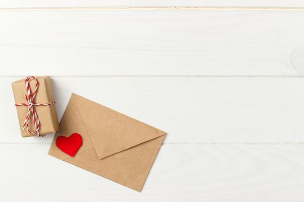 Valentinstag geschenk in weihnachtsdekoration Premium Fotos