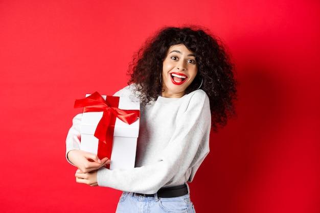 Valentinstag. glückliche freundin, die geschenkbox vom