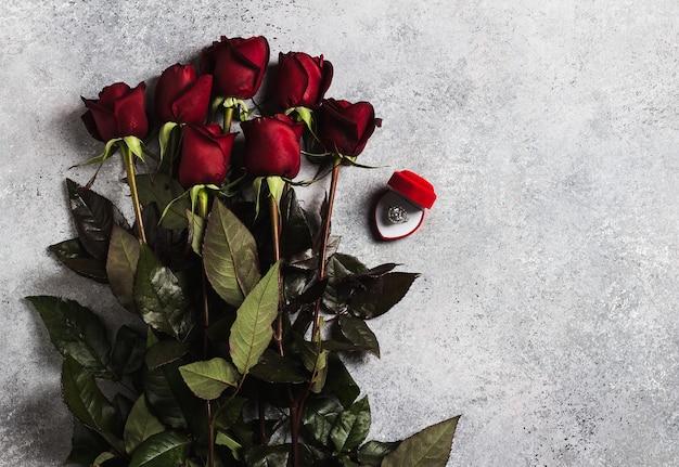 Valentinstag heiraten mich hochzeitsverlobungsring im kasten mit rotrosengeschenk Kostenlose Fotos