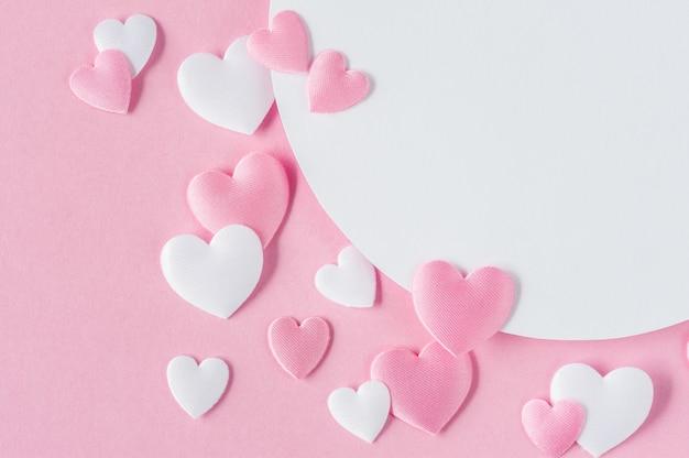 Valentinstag-konzept. grußkarte mit rosa und weißen herzen und raum für text. ansicht von oben. flach liegen. nahansicht. Premium Fotos