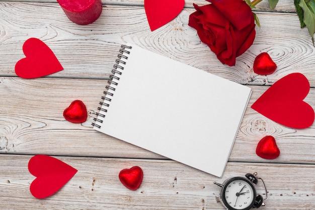 Valentinstag. leeres leeres notizbuch, geschenkbox, blumen Premium Fotos