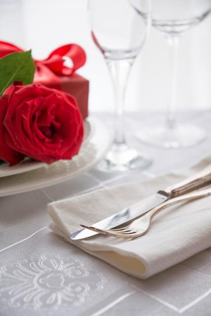 Valentinstag oder romantisches abendessen mit roter rose. Premium Fotos