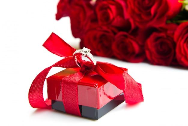Valentinstag rote rosen und ringschachtel Premium Fotos
