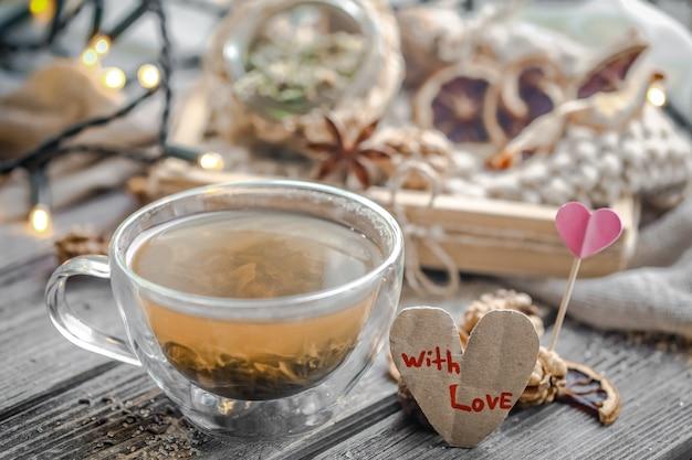 Valentinstag stillleben mit tee und herz Kostenlose Fotos