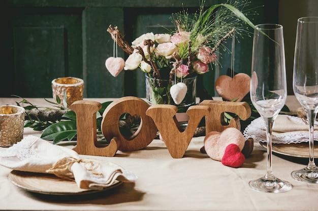 Valentinstag tabelleneinstellung Premium Fotos
