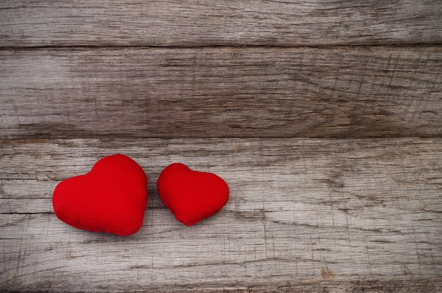 Valentinstag. zwei rote herzen auf holz. Premium Fotos