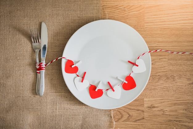 Valentinstagabendessen mit gedeck Premium Fotos