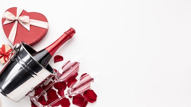 Valentinstaganordnung mit champagner und gläsern mit exemplarplatz Kostenlose Fotos