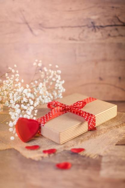 Valentinstagdekorationen auf holz Kostenlose Fotos