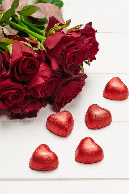 Valentinstaggeschenk für eine frau auf holztisch Premium Fotos