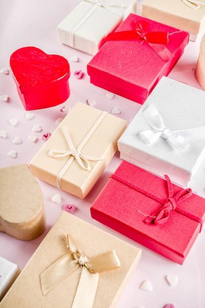 Valentinstaggeschenk-geschenkboxhintergrund Premium Fotos