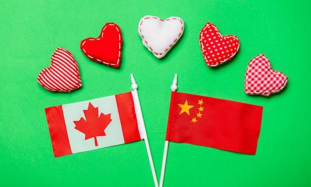 Valentinstagherzformen und -flaggen von canda und von china Premium Fotos