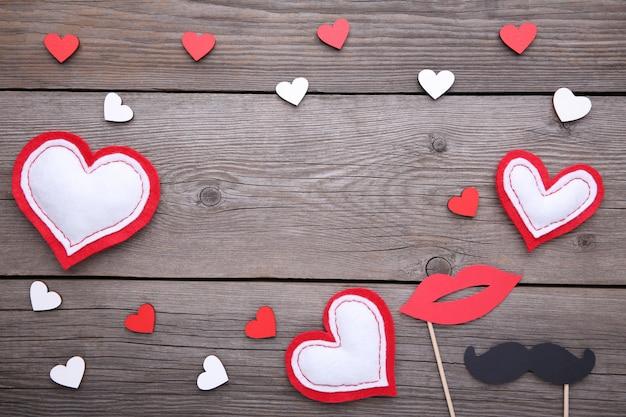 Valentinstaghintergrund mit dekoration auf grauem hintergrund. Premium Fotos