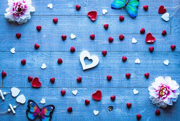Valentinstaghintergrund mit herzen und verschiedenen romentic elementen Premium Fotos