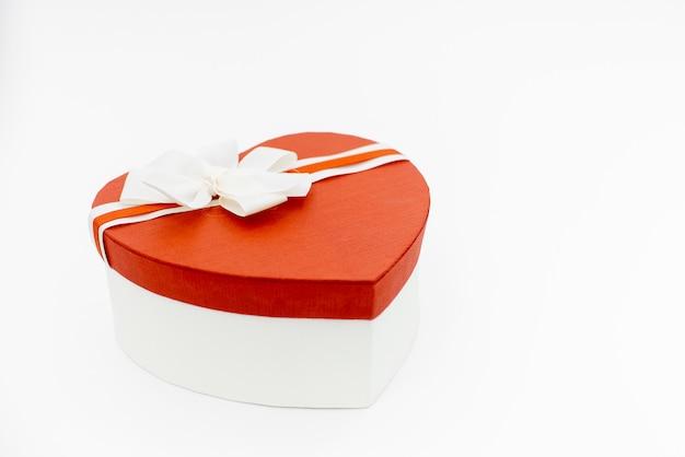 Valentinstaghintergrund mit leerem herzformkasten auf weiß Premium Fotos