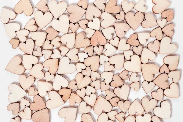 Valentinstaghintergrund vieler hölzernen herzen. ansicht von oben. Premium Fotos