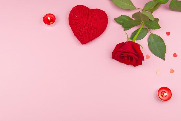 Valentinstagkonzept auf einem rosa hintergrund mit dekorationen. das konzept des valentinstags, hochzeiten, verlobungen, muttertag, geburtstag, weihnachten und andere feiertage. flache fliege Premium Fotos