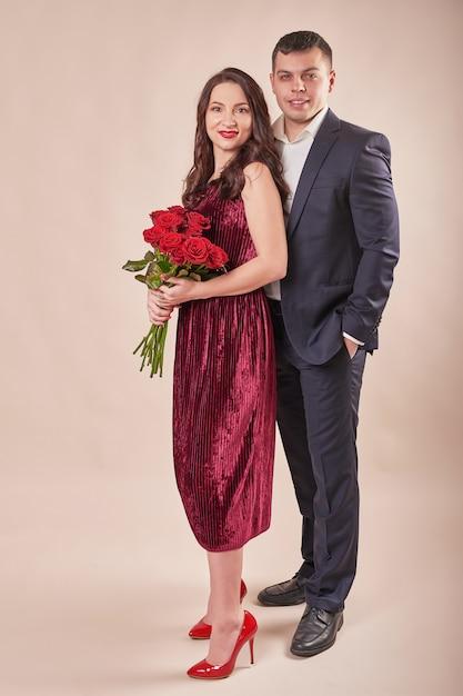 Valentinstagspaar mit rosen Premium Fotos