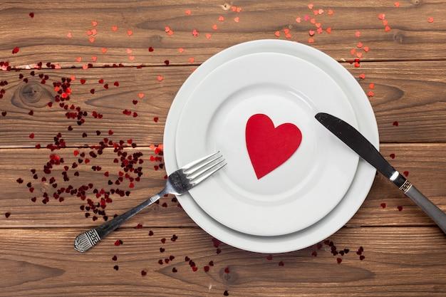 Valentinstagzusammensetzung auf holztisch Premium Fotos