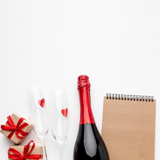 Valentinstagzusammensetzung mit leerem braunem notizblock Kostenlose Fotos
