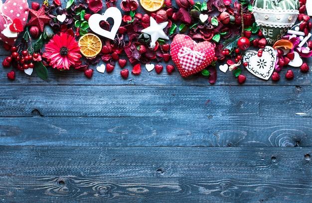 Valentinstagzusammensetzung mit themenorientierten elementen der liebe Premium Fotos