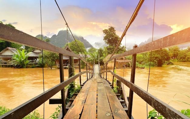 Vang vieng laos wahrzeichen und holzbrücke Premium Fotos