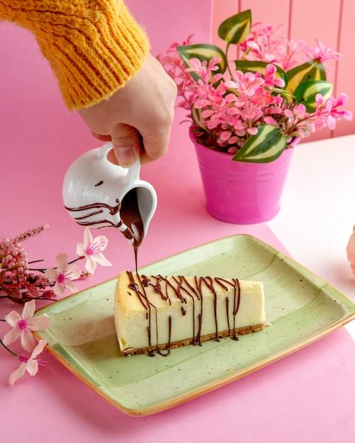 Vanille-käsekuchen mit mascarpone-frischkäse und schokolade auf teller Kostenlose Fotos