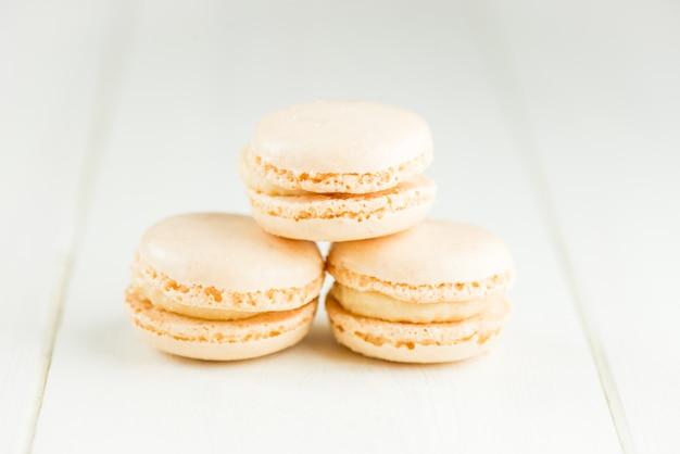 Vanille-makronen auf hellem hintergrund Premium Fotos