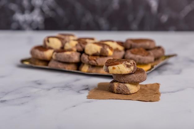 Vanille-schokolade und quitten-kekse auf marmor Premium Fotos