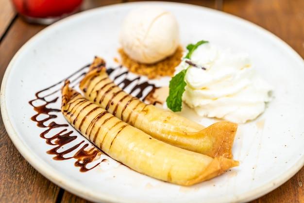 Vanilleeis mit bananenkrepp und schlagsahne Premium Fotos