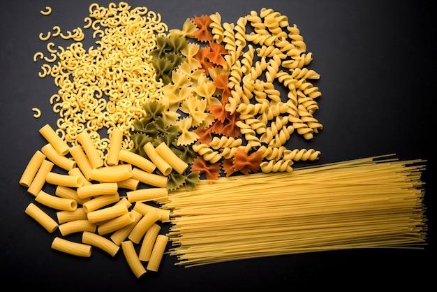 Variation der italienischen ungekochten teigwaren über küchentheke Kostenlose Fotos