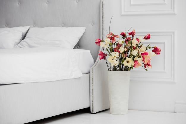 Vase mit blumen im schlafzimmer Kostenlose Fotos