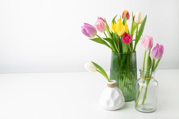 Vase mit tulpen auf dem tisch Kostenlose Fotos