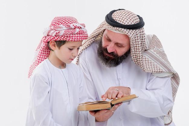 Vater aus dem nahen osten unterrichtet seinen sohn Premium Fotos