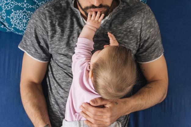 Vater mit seinem baby zu hause Kostenlose Fotos
