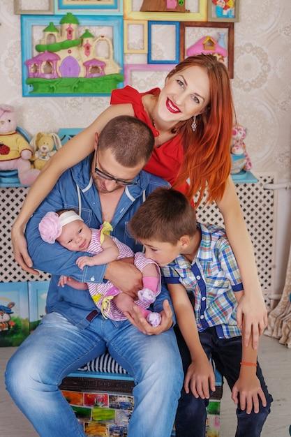 Vater, mutter und zwei kinder. das konzept von familie und leben Premium Fotos