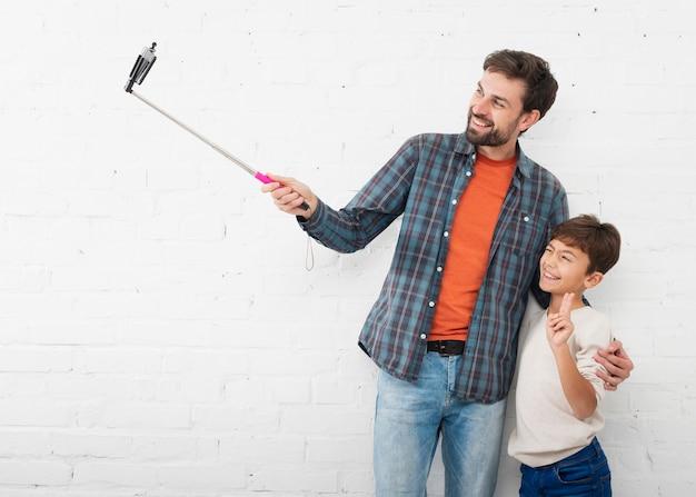 Vater nimmt ein selfie mit seinem kleinen jungen Kostenlose Fotos
