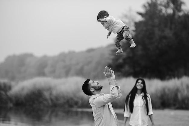 Vater sammelt den sohn Kostenlose Fotos