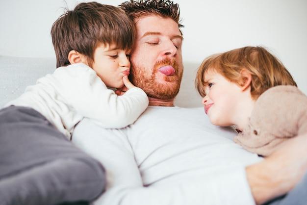Vater streckt die zunge aus, die mit kind spielt Kostenlose Fotos